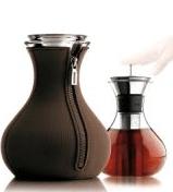Teezubereiter mit Neopren Mantel – hält Tee warm - Eine Vase sitzt auf einem Tisch - Tee