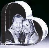 Laserkristall mit Bild der Freundin/Freund - Eine Nahaufnahme von einer Person - Glas