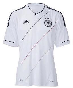 Geschenk für Fussballfans: das neue DFB Trikot zur EM 2012 - Ein Mann in einem weißen Hemd - UEFA Euro 2012