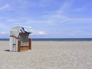 Strandkorb am Meer auf dem Strand