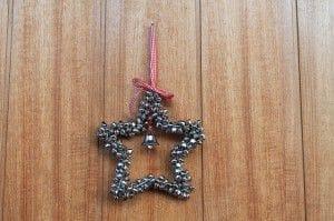 Ein Weihnachtsstern als Türkranz zu Weihnachten