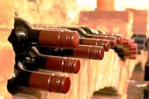 Gelagerte Flaschen Wein