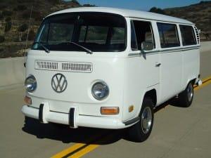 Ein weißer VW Bus auf der Straße
