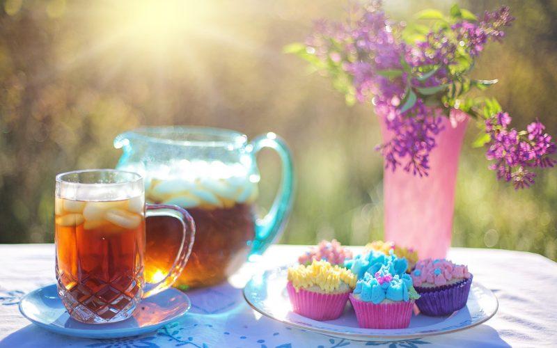 Eistee und Kuchen