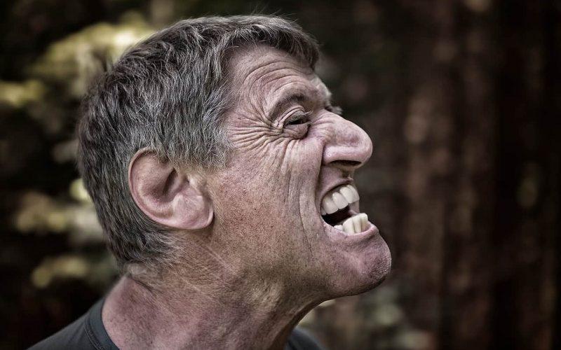 Abenteuergeschenke für Männer - Eine Nahaufnahme von einem Mann mit Brille - Menschlicher Rücken