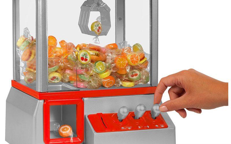 Ein roter Candy Grabber Süßigkeiten Automat